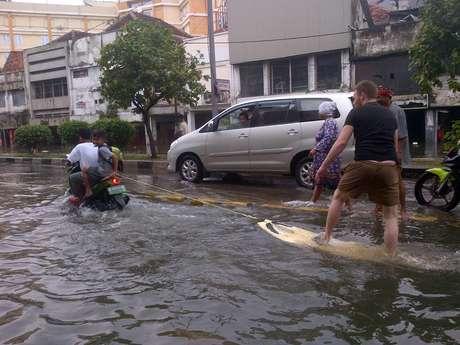 Menghibur Diri Ketika Ada Banjir